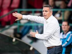 Trainer Gérard de Nooijer geeft aanwijzingen tijdens het duel tussen FC Dordrecht en FC Oss. (05-08-2016)