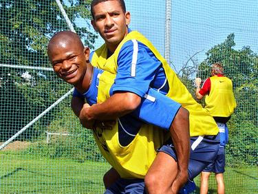 Zwei Brasilianer in Favoriten: Júlio César huckepackt Djalminha