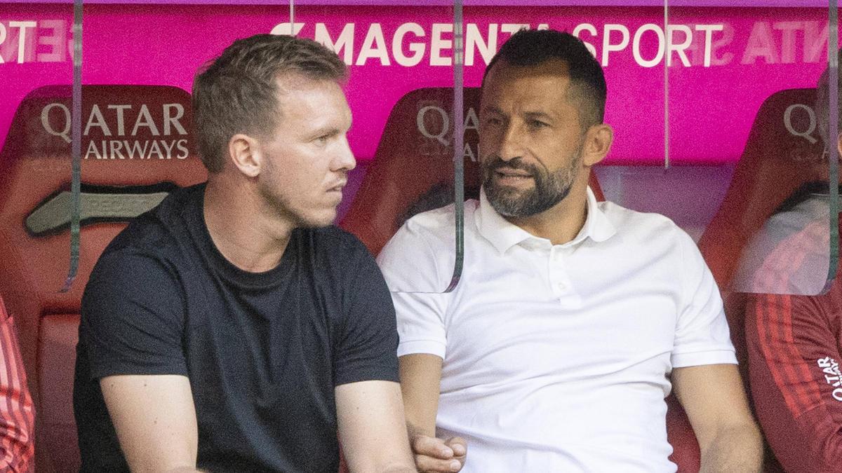 Hasan Salihamidzic (r.) will mit den Bayern wohl Ernst bei Chelsea-Juwel Soglo machen