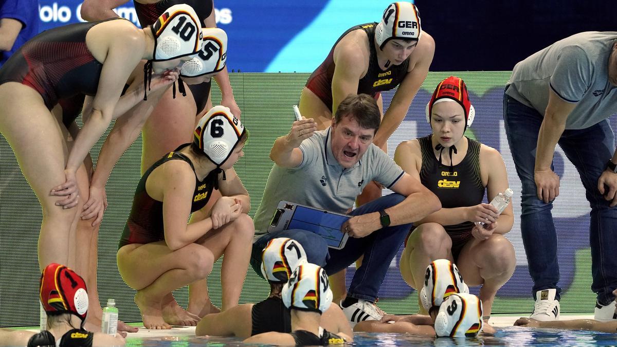 Arno Troost (M.) erreichte mit den deutschen Damen den elften Platz