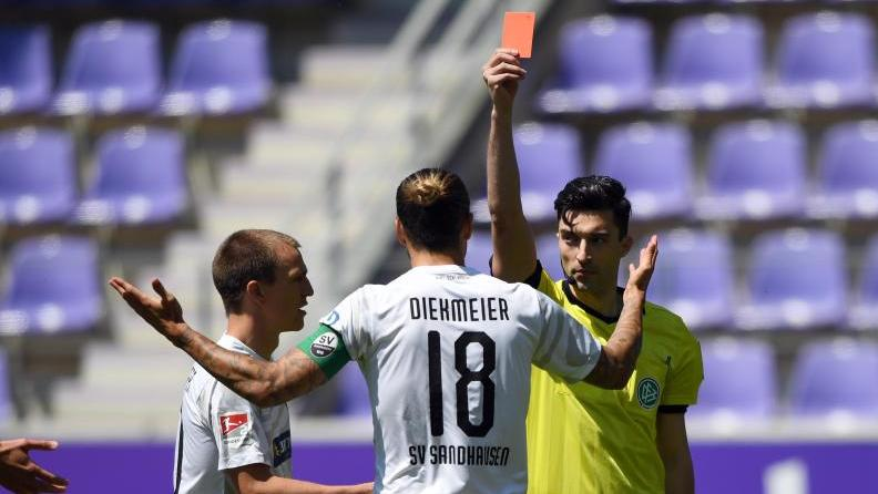 Florian Badstübner zeigte Sandhausens Dennis Diekmeier in Aue die Rote Karte