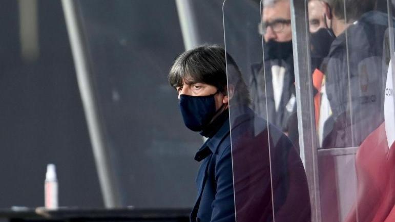 Bundestrainer Joachim Löw steht mächtig und Druck