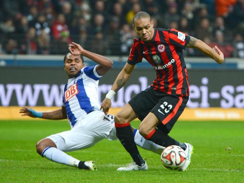 Bamba Anderson (r) bleibt Frankfurt treu. Foto: Arne Dedert