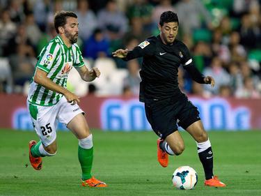 Jordi Figueras (izq.) intenta frenar en carrera al mexicano Vela de la Real Sociedad. (Foto: Getty)