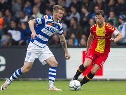 Bart Vriends (r.) probeert Piotr Parzyszek (l.) af te stoppen tijdens het play-offduel om promotie/degradatie tussen De Graafschap en Go Ahead Eagles (22-05-2016).