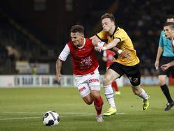 Jordy Croux (l.) moet Brandon Barker (r.) van zich afhouden tijdens het competitieduel NAC Breda - MVV Maastricht (19-08-2016).