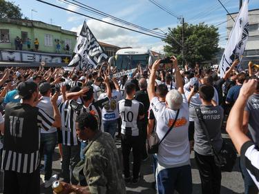 Aficionados del Santos corean a su equipo al paso del autobús. (Foto: Imago)