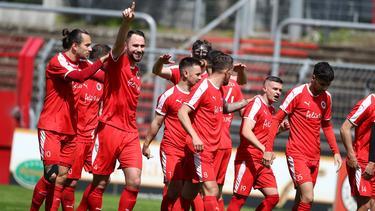 Viktoria Köln jubelt über den Aufstieg in die 3. Liga