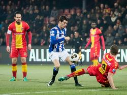 Xandro Schenk (r.) werpt zichzelf in de strijd met Pelle van Amersfoort (m.), terwijl Sander Duits (l.) toekijkt. (03-12-2016)