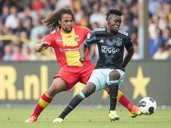 Ajax-spits Bertrand Traoré (r.) wordt op de huid gezeten door Kenny Teijsse van Go Ahead Eagles. (28-08-2016)