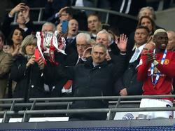 José Mourinho toont de gewonnen League Cup aan het publiek. (26-02-2017)