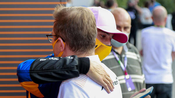 Daniel Ricciardo umarmt seinen Chef bei McLaren, den Passauer Andreas Seidl