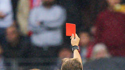 In Spanien flog ein Spieler gleich zweimal vom Platz