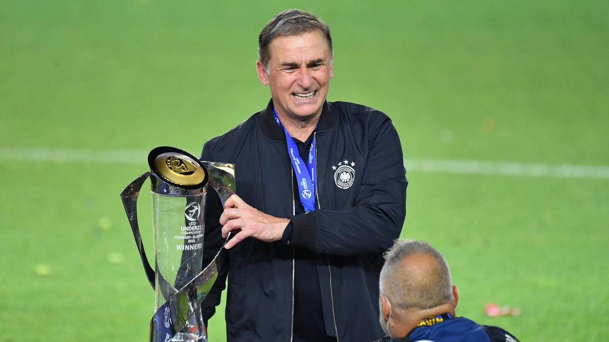 Bundestrainer Stefan Kuntz mit dem Pokal für den Gewinn der U21-Europameisterschaft