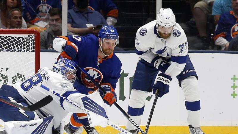 Die New York Islanders (blaue Trikots) sind gegen die Tampa Bay Lightning wieder zurück im Spiel