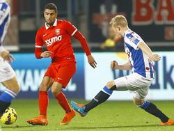 Doke Schmidt (r.) komt te laat om Youness Mokhtar (l.) van de bal te zetten tijdens FC Twente - sc Heerenveen. (01-11-2014)