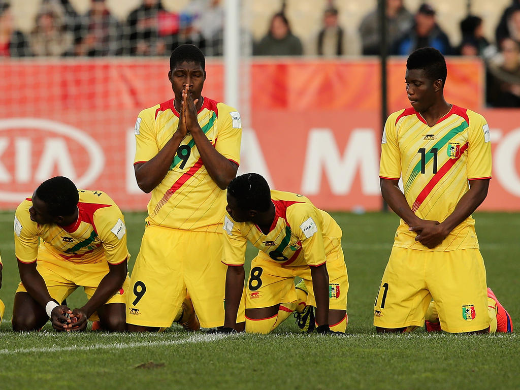 Los jugadores de Mali rezan tras la victoria contra Alemania en Nueva Zelanda. (Foto: Getty)
