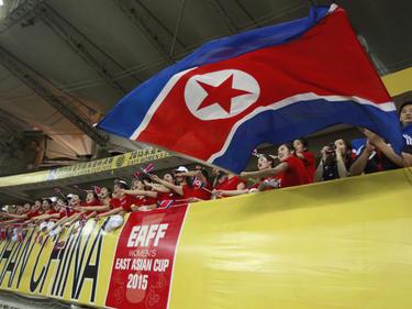 Aficionados de Corea del Norte ondean su bandera. (Foto: Getty)