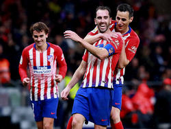 Godín (centro) es felicitado por su tanto frente al Athletic. (Foto: Getty)