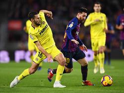 Pedraza lucha por la pelota con Lionel Messi. (Foto: Getty)