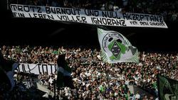Gladbacher Fans präsentieren ein geschmackloses Spruchband