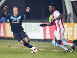 Jorrit Hendrix (l.) zet druk op Deyovaisio Zeefuik (r.) tijdens de clash tussen Jong Ajax en Jong PSV in de Jupiler League. (09-12-2016)