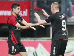 Sjoerd Ars (r.) bedankt aangever Alireza Jahanbakhsh (l.) tijdens NEC Nijmegen - Fortuna Sittard. (22-08-2014)