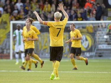 Johan Larsson (m.) is blij nadat Daniel Mobaeck IF Elfsborg op 2-0 heeft gezet tegen Rio Ave. (21-08-2014)
