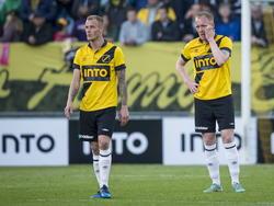 Joeri de Kamps (l.) en Henrico Drost (r.) balen opzichtig tijdens het competitieduel NAC Breda - Heracles Almelo. (25-04-2015)