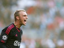 Jasper Cillesen brengt al schreeuwend zijn instructies over aan de verdediging van Ajax tijdens de thuiswedstrijd tegen Rapid Wien in de derde voorronde van de Champions League. (04-08-2015)