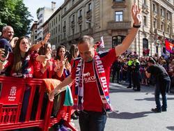 Nino grüßt die Fans bei der Aufstiegsfeier