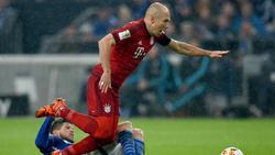 Szenen aus der Bundesliga: Huntelaar versucht Robben vom Ball zu trennen