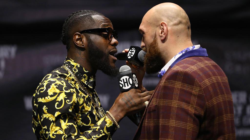 Die beiden Boxer Deontay Wilder (l) und Tyson Fury geraten schon während der Pressekonferenz zum Kampf um den Schwergewichts-Titel der WBC aneinander