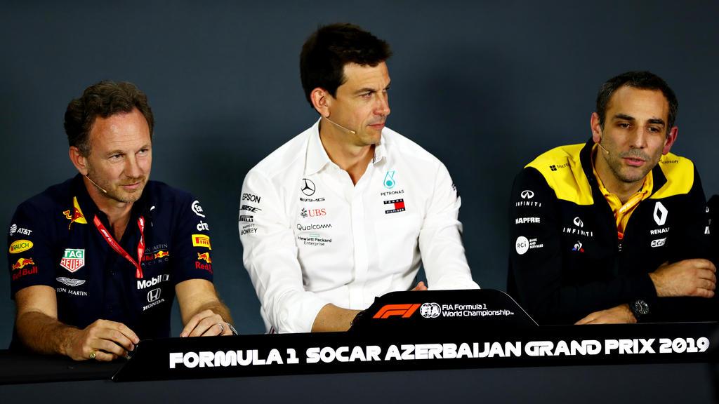 Toto Wolff (Mitte) fühlt mit seinem Ferrari-Kollegen Mattia Binotto