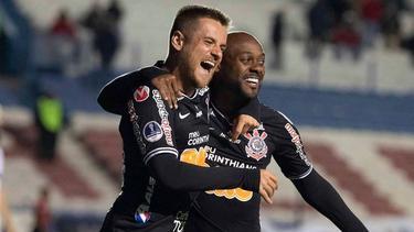 Vagner Love clasificó a Corinthians con un doblete.