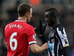 Jonny Evans (l.) en Papiss Demba Cissé krijgen het tijdens Newcastle United - Manchester United met elkaar aan de stok. Beide spelers spugen naar elkaar. (04-03-2015)