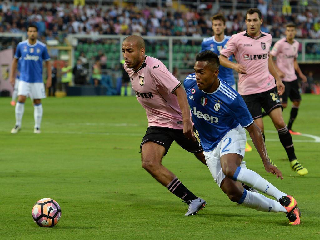 Un disparo desviado de Dani Alves terminó en la portería del Palermo. (Foto: Getty)