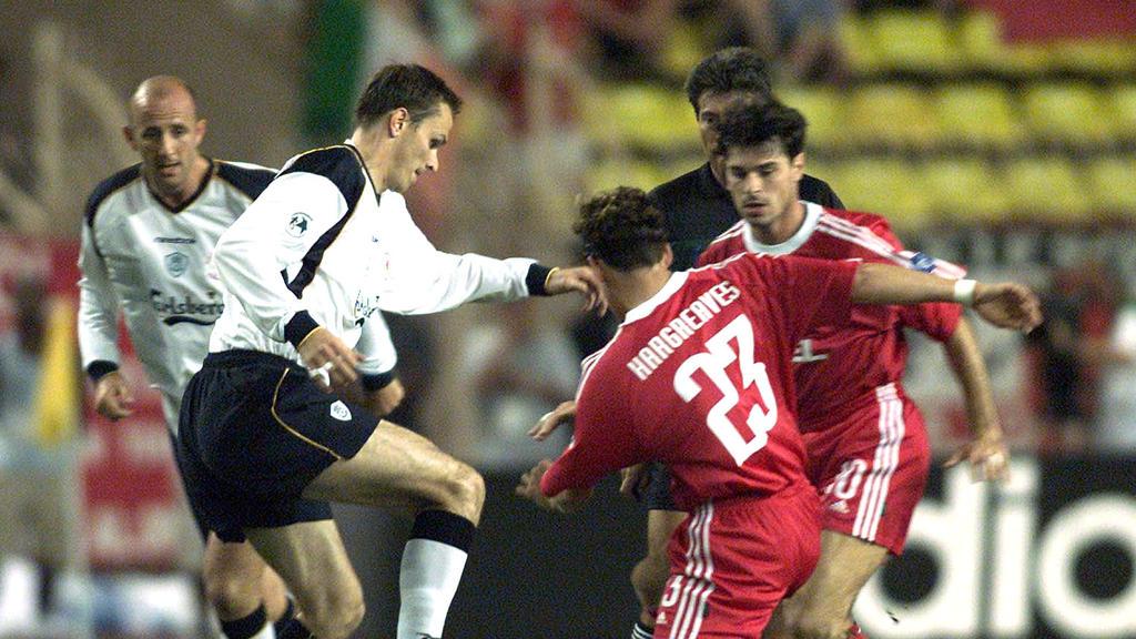 Liverpools Didi Hamann (l.) im Duell mit Bayerns Owen Hargreaves und Ciriaco Sforza im August 2001