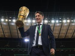 Kovac posa flamante con el trofeo de la Copa de Alemania. (Foto: Getty)