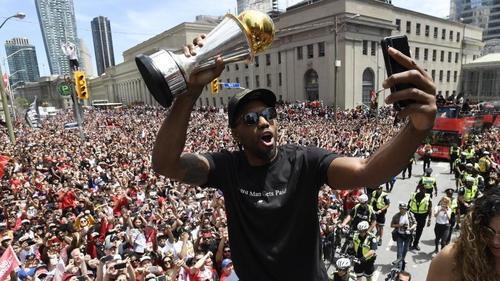 Kawhi Leonard (m.) feiert mit zehntausenden Fans in Toronto
