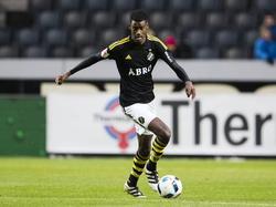 Alexander Isak heeft de bal tijdens het competitieduel AIK Solna - Östersunds FK (16-10-2016).