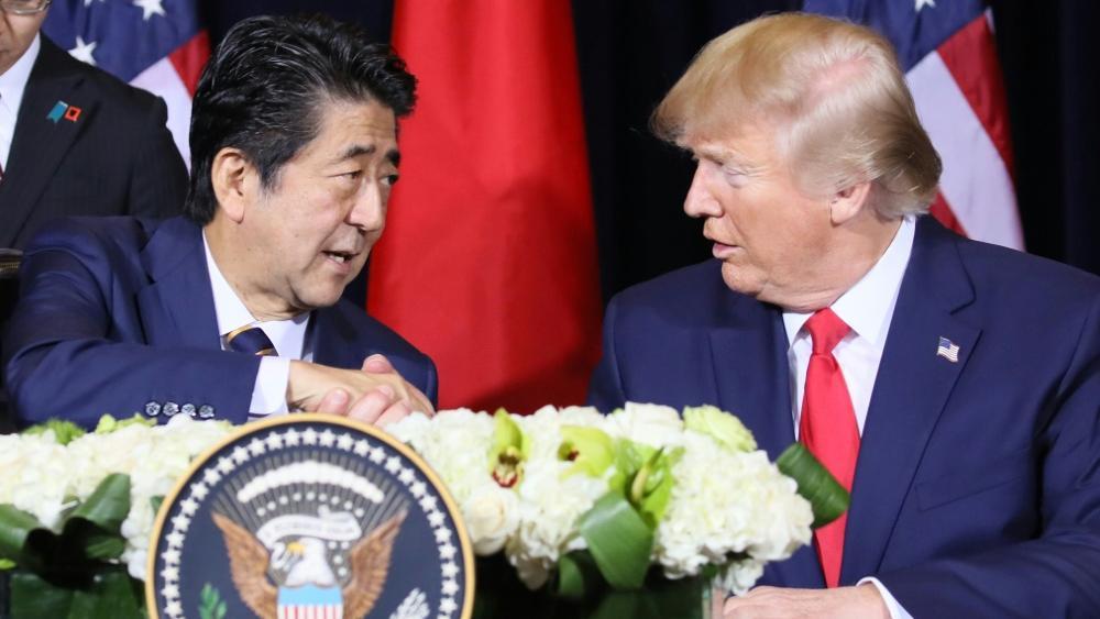 US-Präsident Donald Trump (r.) neben Japans Premierminister Abe
