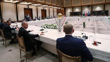 Der türkische Präsident Recep Tayyip Erdogan (M.) empfing Spieler und Management seines Lieblingsclubs Basaksehir