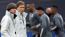 Bundestrainer Joachim Löw und Assistenztrainer Marcus Sorg beobachten das Training der Nationalmannschaft im Südstadion
