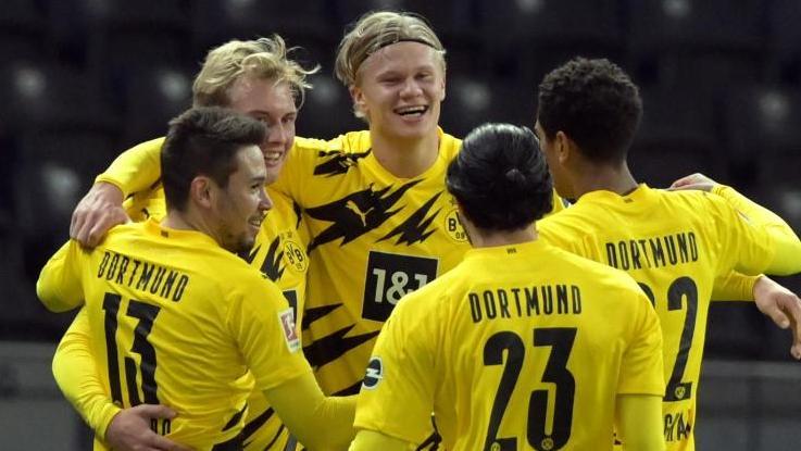 Erling Haaland (M) jubelt nach seinem Treffer zum 3:1 mit seinem Team