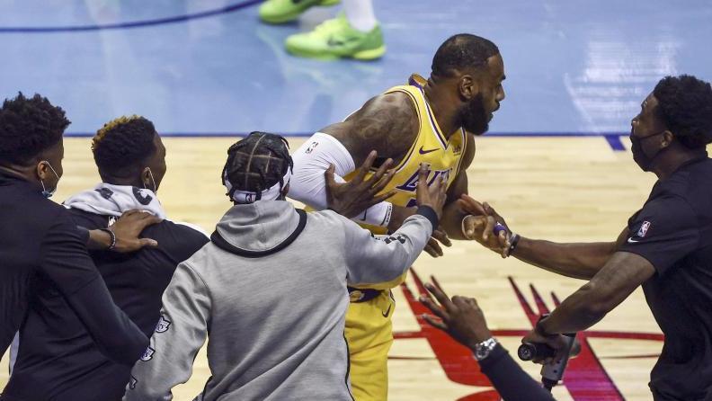 LeBron James (M) wird für seinen erfolgreichen Drei-Punkte-Wurf gefeiert