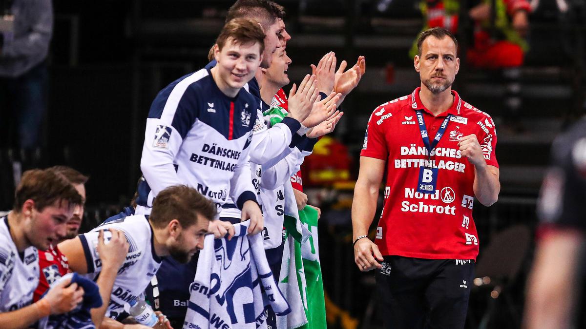 Das Flensburger Team von Trainer Maik Machulla (r.) tritt nicht gegen Skopje an