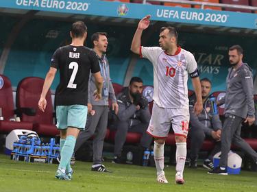 El macedonio Pandev saluda a su afición.