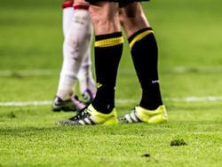 Zo vlak na de winterstop ligt het gras in de Amsterdam ArenA er niet goed bij. Veel spelers glijden uit tijdens de wedstrijd Ajax - Vitesse. (23-01-2016)