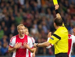 Mike van der Hoorn krijgt de gele kaart tijdens het Champions League-duel met AC Milan. (01-10-2013)